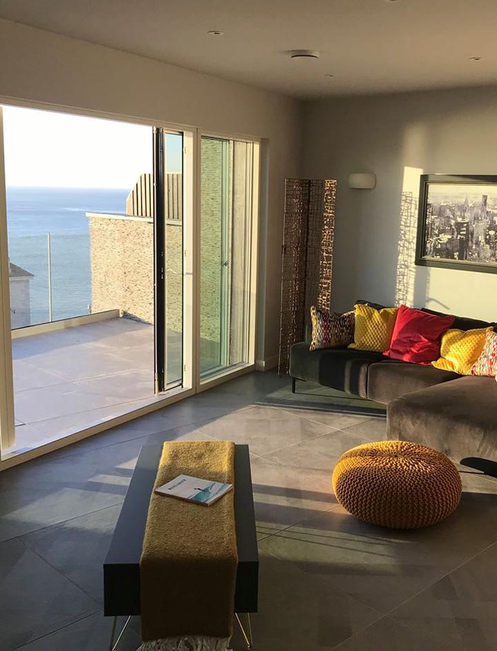 Lounge with balcony facing the sea