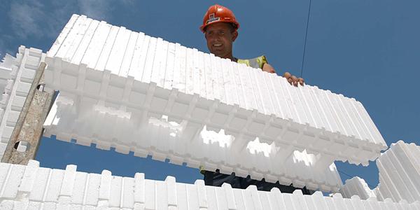 Builder with a Wallform 313 wallblock